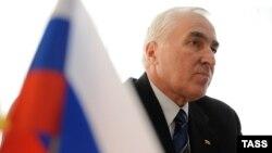 Леонид Тибилов находился в своем кабинете и принимал посетителей