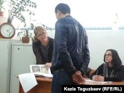 Оппозициялық Nakanune.kz сайты журналисі Юлия Козлованың (оң жақта) ісі бойынша соттағы куәгерден жауап алу сәті. Алматы, 18 ақпан 2016 жыл.