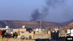Йемендин Сана шаарына Саудия баштаган коалиция абадан сокку ургандан кийинки көрүнүш. 30-март, 2015-жыл.