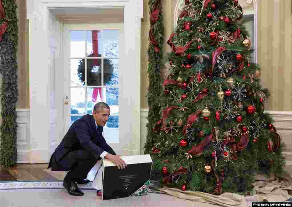 اوباما و هدیه کریسمس؛باراک اوباما هدیه کریسمسش را از فریال گواشیری، منشی ایرانی-آمریکاییاش، دریافت کرد. او در این تصویر مشغول بازکردن هدیهاش است.