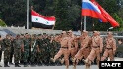 نیروهای ارتش روسیه در حال رژه در برابر نیروهای مسلح دولت مرکزی سوریه در لاذقیه
