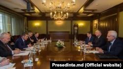 Vicepremierul rus Dmitri Kozak și președintele moldovean Igor Dodon la întrevederea de la Moscova