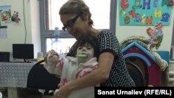 Жительница Уральска Татьяна Колбасина со своей 12-летней дочерью Викторией, посещавшей реабилитационную группу «Ботакан». 4 апреля 2016 года.