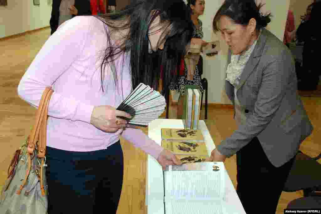 Посетителям выставки предлагали приобрести трилогию «Кочевники»Ильяса Есенберлина, которую иллюстрировал Евгений Сидоркин.