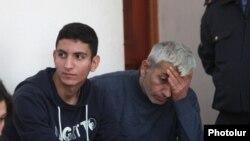 Շահեն (ձախից) և Շանթ Հարությունյանները դատարանի դահլիճում: 15-ը հոկտեմբերի, 2014 թ․