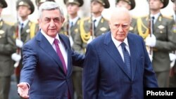 Armenia - President Serzh Sarkisian greets his visiting Greek counterpart, Karolos Papoulias, Yerevan, 30Sep2014.