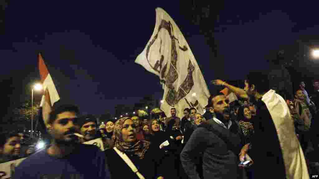Увечері супротивники Мурсі вже звично рушили до головного президентського палацу в Геліополісі, одному з районів Каїра, 11 грудня 2012 року