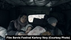 """Rusudan Glurjidzenin çəkdiyi """"Başqalarının evi"""" filmindən bir kadr."""