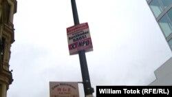 """Плакат НДП в центре Берлина, на котором написано """"Туристам привет, мигранты – вон!"""""""