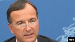 فرانکو فراتینی، وزیر امور خارجه ایتالیا، که کشورش ریاست دوره ای گروه هشت کشور صنعتی را بر عهده دارد می گوید: «وزیران امور خارجه این گروه توافق کردند که به ایران فرصت بیشتری داده شود.»