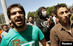 Dindar gənclər anti-gey şüarlar səsləndirir, Tbilisi, 17 may 2013