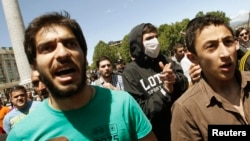 Тбилиси, 17 мая 2013 года: противники гей-парада выкрикивают лозунги против сексуальных меньшинств