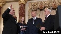 مراسم سوگند پومپئو در وزارت خارجه آمریکا، از راست: پنس، ترامپ، پومپئو