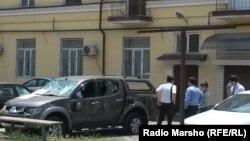 Разгромленный служебный автомобиль «Комитета против пыток» рядом с офисом организации. Грозный, 3 июня 2015 года.