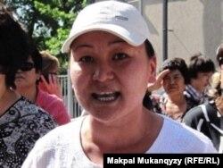 Сулубике Жаксылыкова, активистка общественного объединения «Обеспечьте народ жильем» во время акции протеста перед зданием БТА Банка. Алматы, 24 мая 2011 года.
