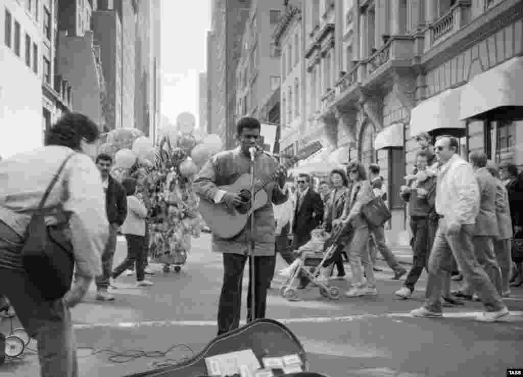 A busker in downtown New York in 1989.