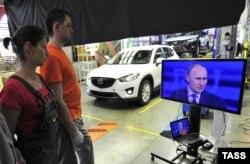 Рабочие сборочного предприятия Sollers во Владивостоке слушают Владимира Путина - апрель 2013-го года.