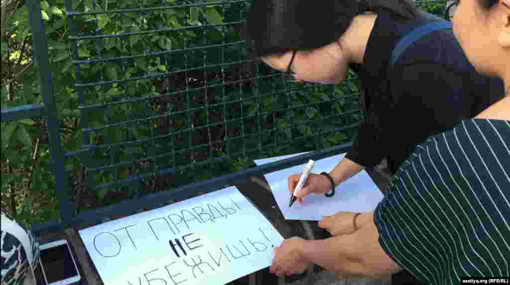 Живущие в Праге молодые казахстанцы собрались у посольства своей страны в Чешской Республике вечером 24 апреля. Они говорят, что скоординировались через социальные сети и мессенджеры, чтобы выразить несогласие с преследованием активистов за баннер «От правды не убежишь». Пять человек в Алматы привлекли к ответственности за этот баннер, размещенный вдоль маршрута городского марафона 21 апреля, двоих – 34-летнюю Асию Тулесову и 20-летнего Бейбарыса Толымбекова – арестовали. Еще трое оштрафованы.