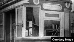 1936 жылы ленинградтықтар сыйлаған моторлы вагон. Ол Алматы трамвайының құрылысы кезінде қолданылған. «Алма-Ата трамвайына - 70 жыл» брошюрасынан алынған сурет.