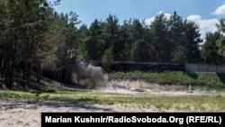 Момент вибуху під час демонстрації, як спрацьовує один із видів озброєння, яке було вилучене під час слідства, а саме протипіхотна міна МОНК-50