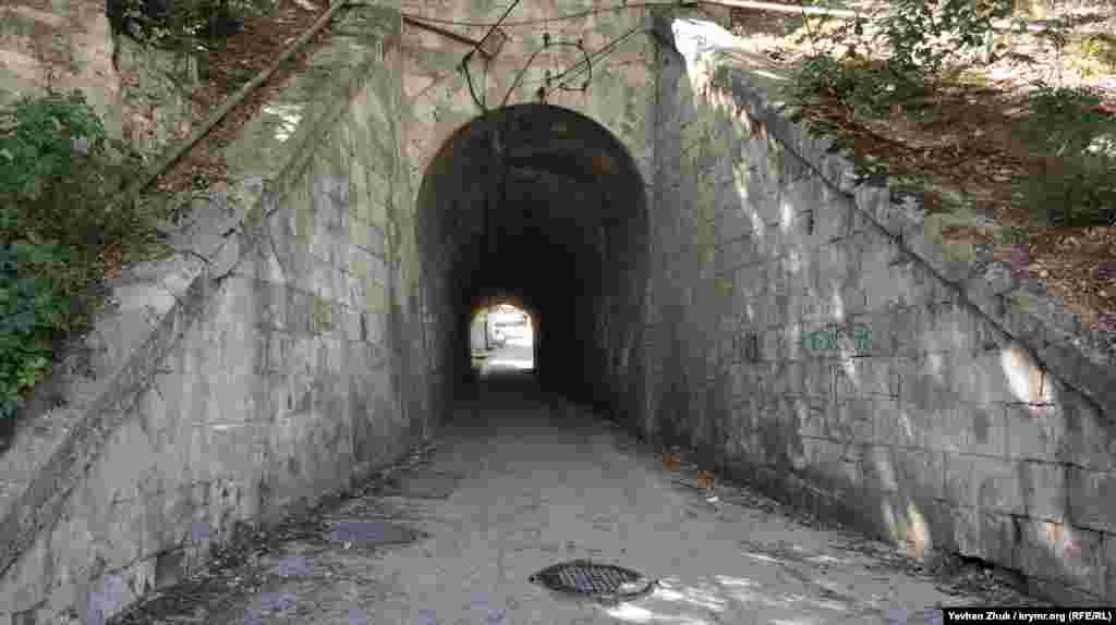«Зворотня» сторона тунелю