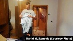 Nahid Mujkanović se pakuje pred polazak na autobusku stanicu, odakle će dalje za Austriju. 15. septembar 2021.