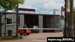 Ангар для ремонту автомобілів, який Артем Сохань перевіз із Криму