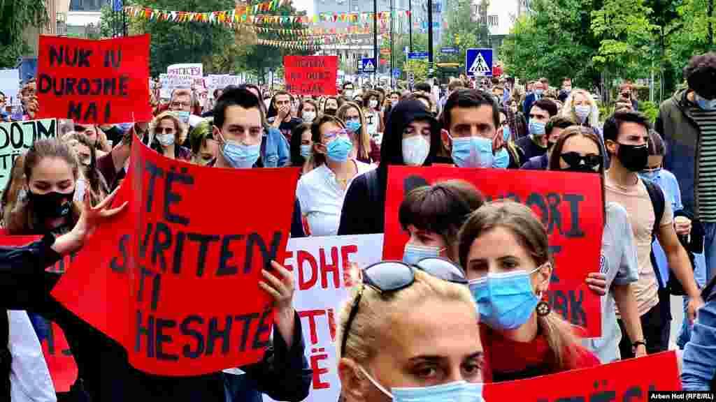 Dhjetëra qytetarëkanë protestuar në Prishtinëpër të kërkuar drejtësipër vrasjen e 18-vjeçares nga Ferizaj M.O.