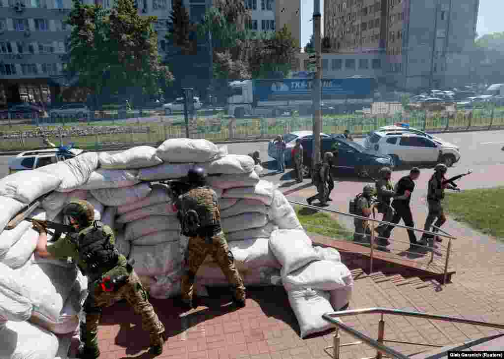 Підрозділ територіальної оборони 112-ї бригади Києва захищає ключові урядові будівлі в українській столиці під час імітації нападу противника