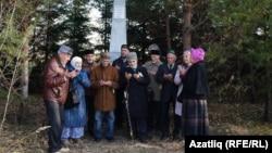 Казан шәһитләре һәйкәле янында дога кылу