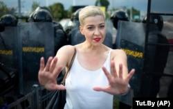 Oppozisiýadan prezidentlige dalaş eden Swetlana Tihanowskaýanyň ýakyn ýaranlarynyň biri Mariýa Kolesnikowa 30-njy awgustda Minskde geçirilen protestde pitnä garşy polisiýanyň öňünde elleri bilen yşarat edýär.