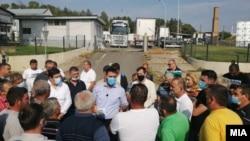 Министерот за земјоделство Арјанит Хоџа на средба со лозари од Неготино кои излегоа на протест незадоволни од откупот на грозјето.