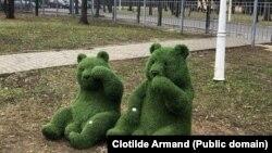 Figurinele din iarbă artificială se găsesc în Parcul Elisabeta Rizea, din Sectorul 1