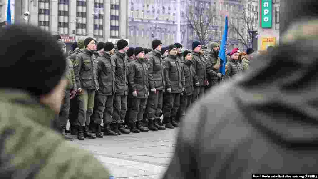 Первое добровольческое боевое подразделение – резервный батальон Нацгвардии - был создан 14 марта 2014 года. Тогда сотни добровольцев из отряда самообороны Майдана, стоявшие на центральной площади Киева в поддержку евроинтеграции Украины (эти протесты привели к свержению пророссийского президента Виктора Януковича), записались врезервисты Нацгвардии ипоехали научебный полигон, а затем - в зону боевых действий на восток страны.