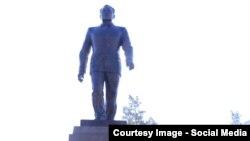 Нұрсұлтан Назарбаевқа орнатылған ескерткіш. Талдықорған, 30 қараша 2016 жыл.