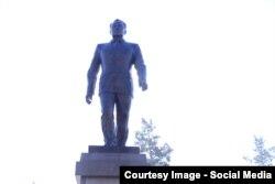 Қазақстан президенті Нұрсұлтан Назарбаевтың Талдықорғандағы ескерткіші. 30 қараша 2016 жыл.