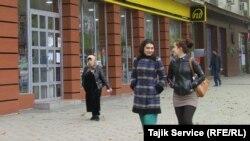 Женщины на улице Душанбе. 20 ноября 2015 года.