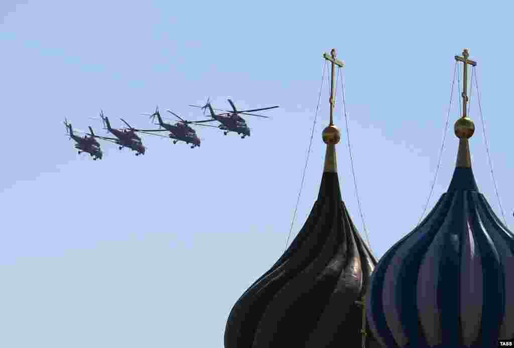 Парад Победы на Красной площади в Москве.Ударные вертолеты Ми-35 над Красной площадью