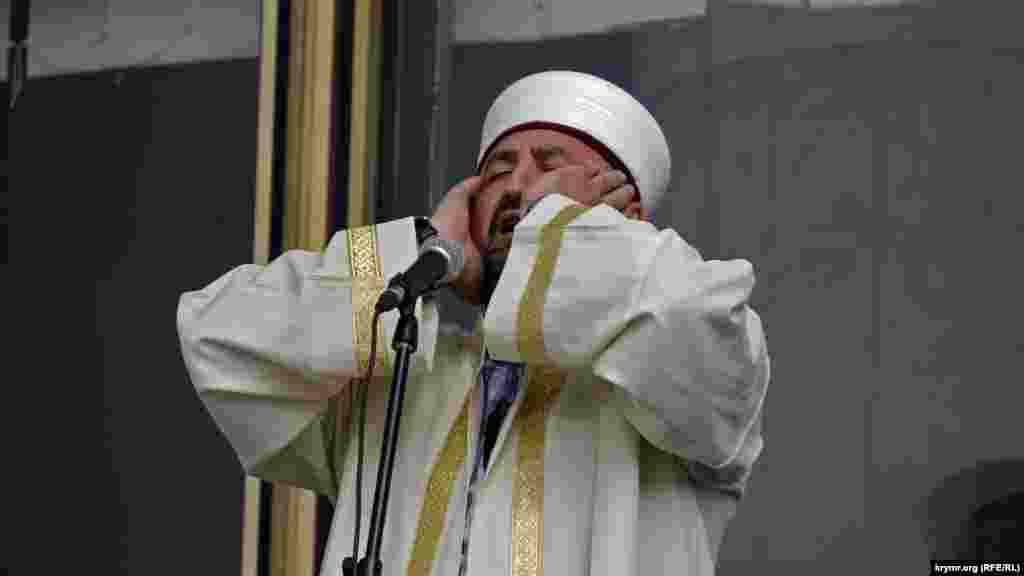 Сімферополь, 2013 рік. Муедзин читає азан (заклик на молитву) перед традиційним жалобним мітингом