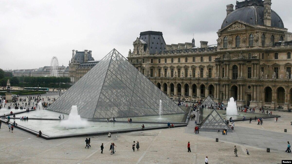 В Париже туристы не смогли попасть в Лувр, закрытый из-за протестов
