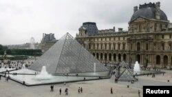 Франци -- Парижера Лувран пирамида, 06Мар2007