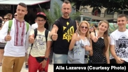 Діти з України з воїном, співаком і волонтером Василем Сліпаком (в центрі)
