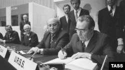 Леонид Брежнев подписывает Заключительный акт Совещания по безопасности и сотрудничеству в Европе. Хельсинки, 01.08.1975.