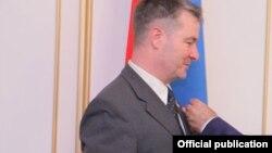 Депутат бундестага Альбер Вайлер получает награду от спикера парламента Армении. Август 2016 года.