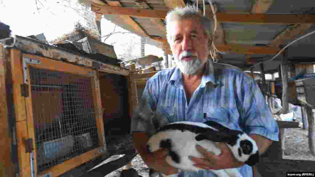 Его сосед – 65-летний Александр Гринько. В прошлом – геолог, сейчас он разводит породистых кроликов, голубых мускусных уток и бройлерных кур
