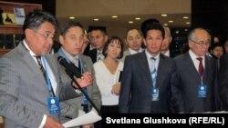 Сұлтан Хан Аққұлы (сол жақ шетте) Әлихан Бөкейхан шығармаларының 7 томдық жинағын таныстырып тұр. Астана, 13 қыркүйек 2011 жыл.