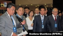 Султан-Хан Аккулы (слева), сотрудник радио Азаттык, выступает на презентации семитомного сборника Алихана Букейхана. Астана, 13 сентября 2011 года.