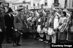 Mareșalul Ion Antonescu întîmpinat de populație la Craiova în 1943 (Coll. Willy Pragher, Landesarchive Baden-Würtenberg, Staatsarchive Freiburg W 134 Nr. 036735b)