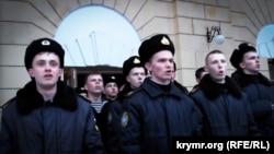 Курсанты Академии военно-морских сил имени Павла Нахимова в Севастополе исполняют гимн Украины, март 2014 года