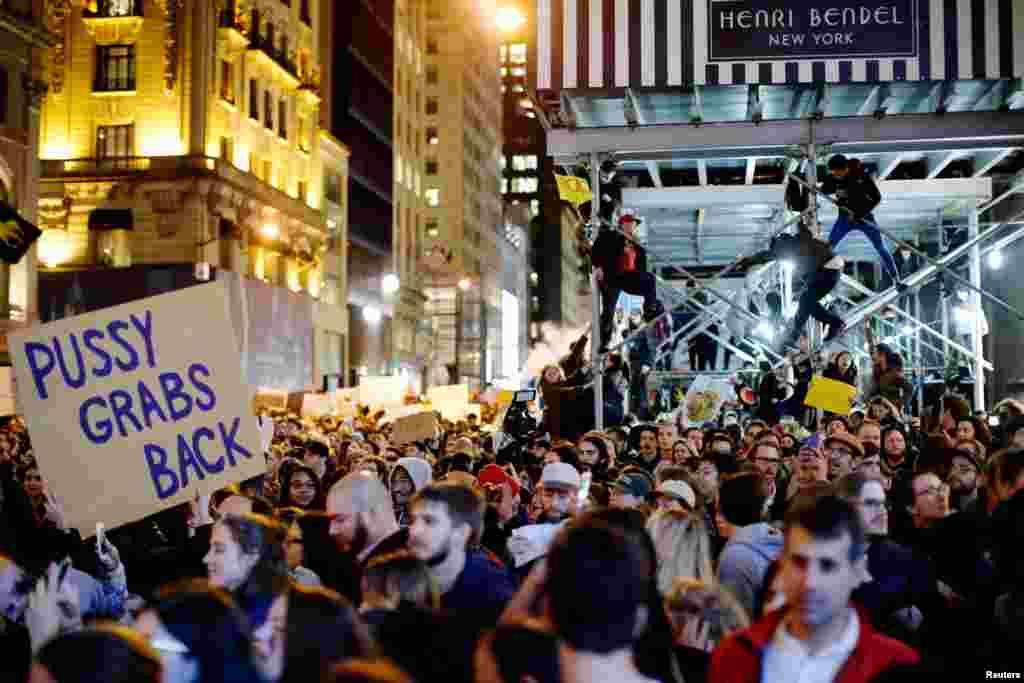 За прошедшие сутки свыше 20 тысяч людей вышли на улицы по всей Америке с протестами против победы Дональда Трампа на президентских выборах На фото – демонстранты в Нью-Йорке